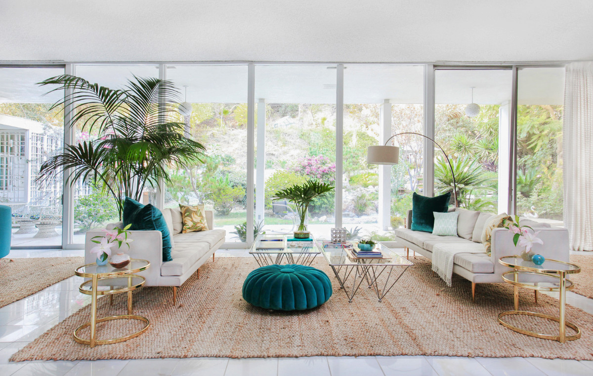 Beautiful-Mid-Century-Modern-Living-Room-With-Turquoise-And-White-Furniture-And-Gold-End-Tables-1