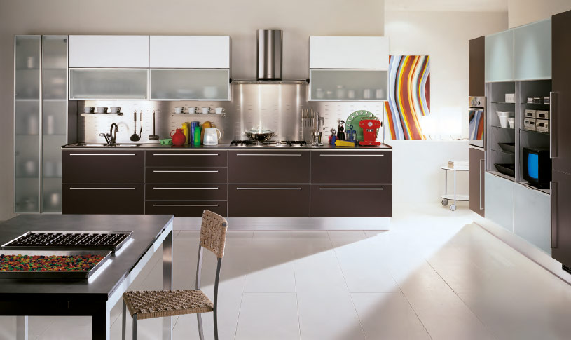 Modern-White-kitchen-colorful-accessories