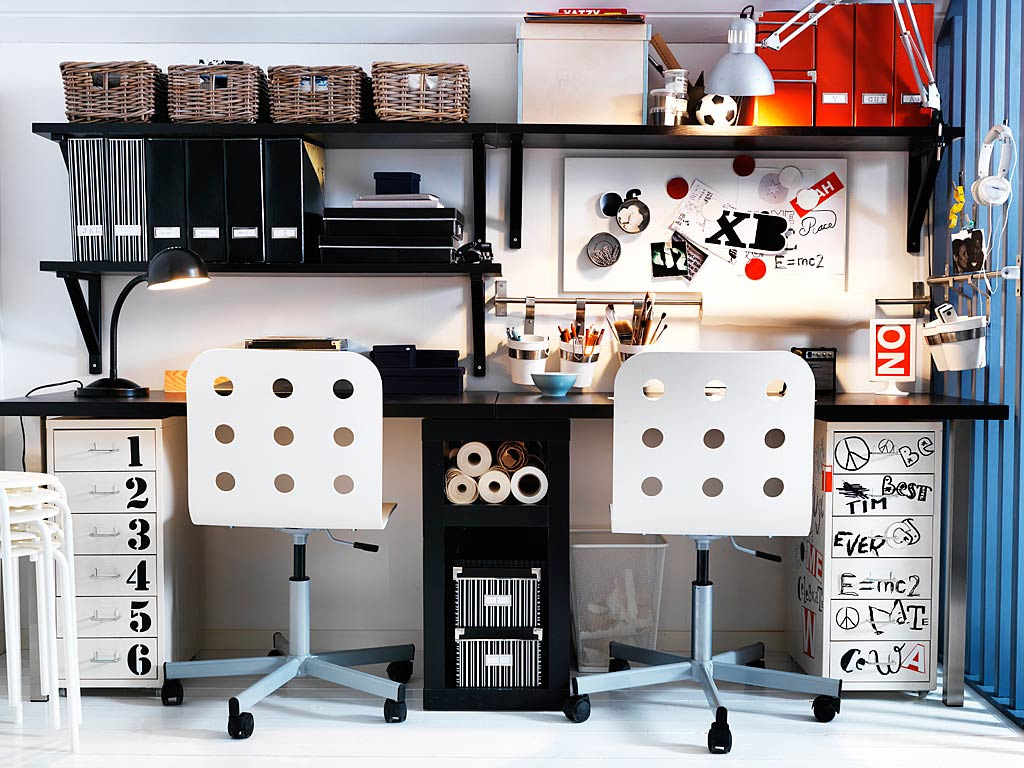 Teenage-workspace-black-white-decor