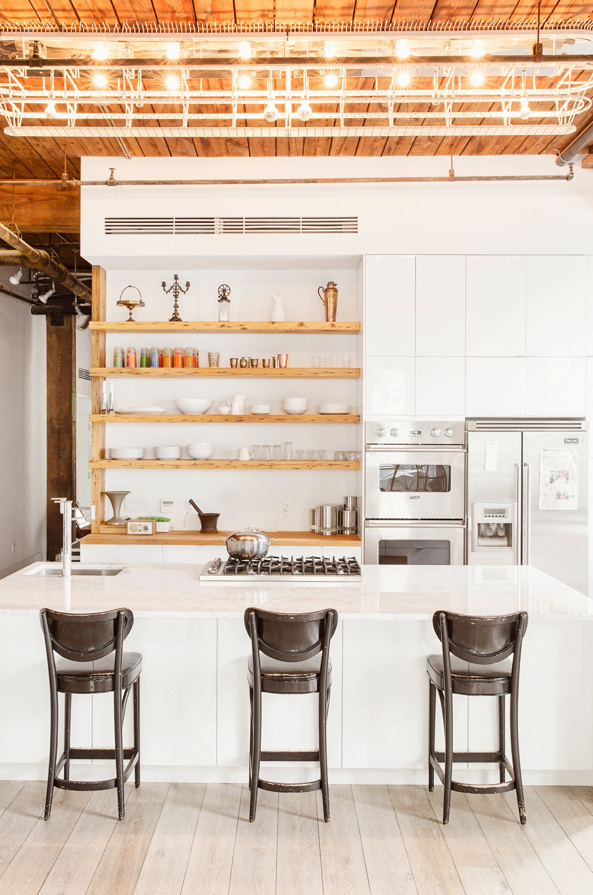 Williamsburg-style-kitchen-wooden-open-shelving