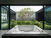 bathroom-with-courtyard-design