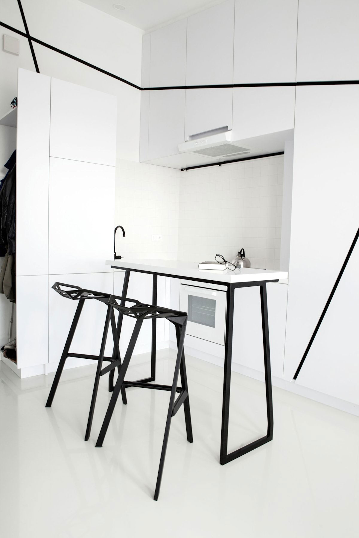 geometric-black-and-white-kitchen