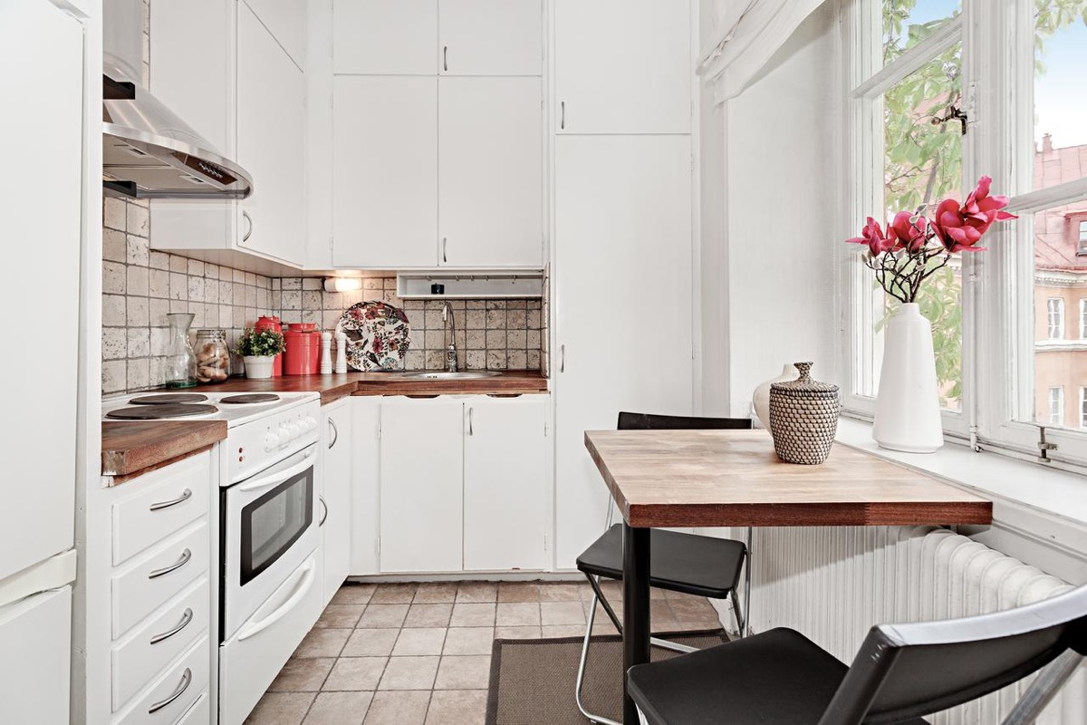 white-and-wood-kitchen-Scandinavian-feel-pink-tulips