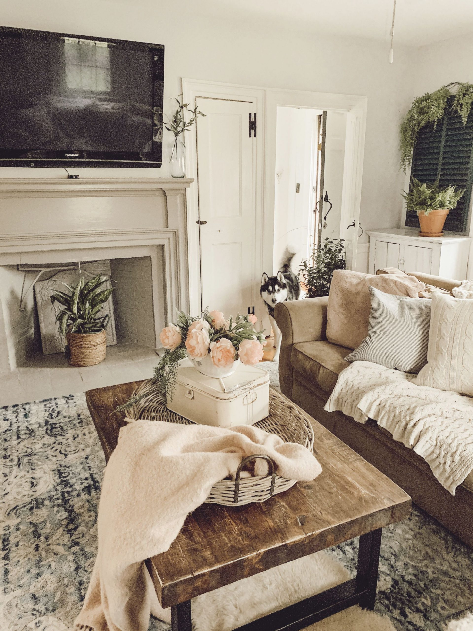 Image of: Farmhouse Family Room Rustic Vintage Pottery Barn In 2019 For Awesome Pottery Barn Living Room Decorating Ideas Awesome Decors
