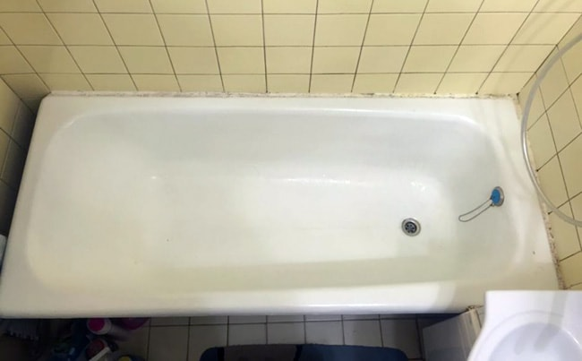Which Bathtub is Better to Choose: Cast Iron, Acrylic or Steel? Simple cast iron bathtub in the small typical bathroom