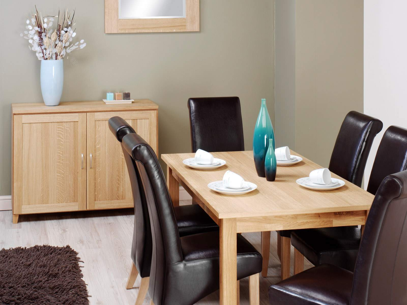 Modern Leather Dining Chairs to Complement the Interior. Casual atmosphere emphasized by classe black topped chairs