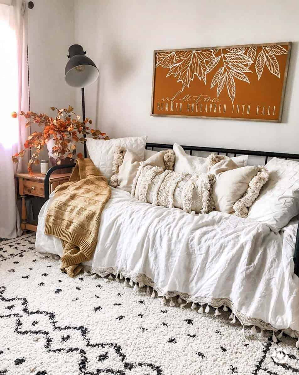 Cozy-Farmhouse-Fall-Decor-Ideas-22-1-Kindesign