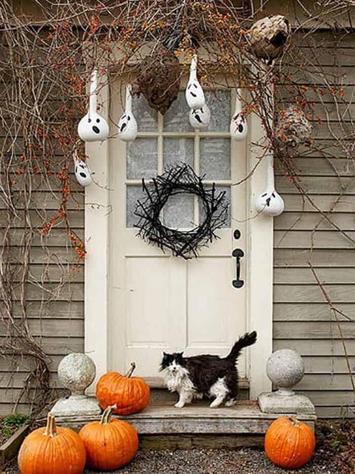 Spooky-Outdoor-Halloween-Decorating-Ideas-01-1-Kindesign