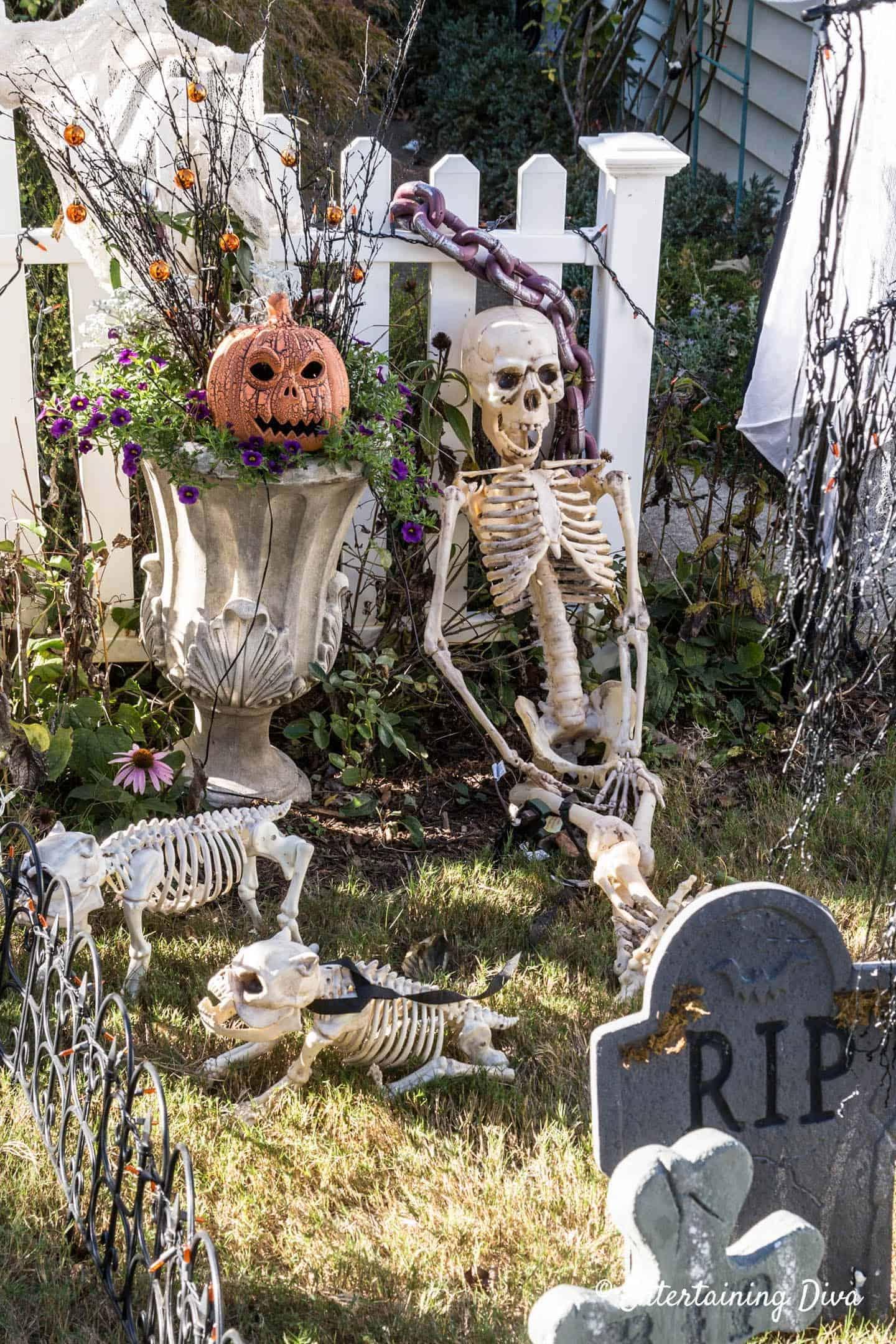 Spooky-Outdoor-Halloween-Decorating-Ideas-18-1-Kindesign