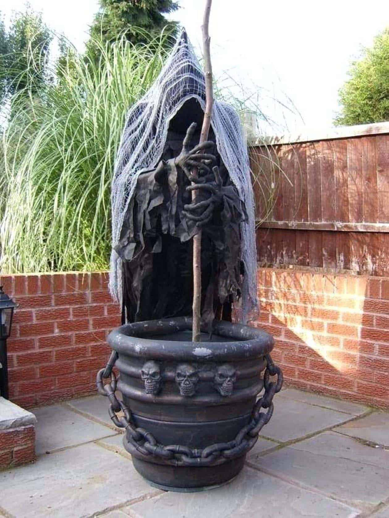 Spooky-Outdoor-Halloween-Decorating-Ideas-36-1-Kindesign