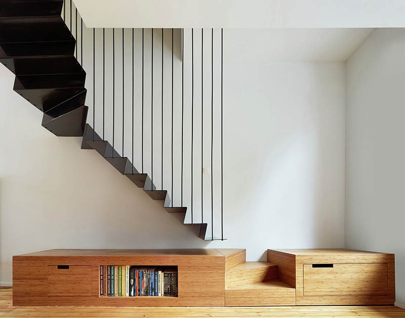 suspended-staircase-on-under-stairs-shelves