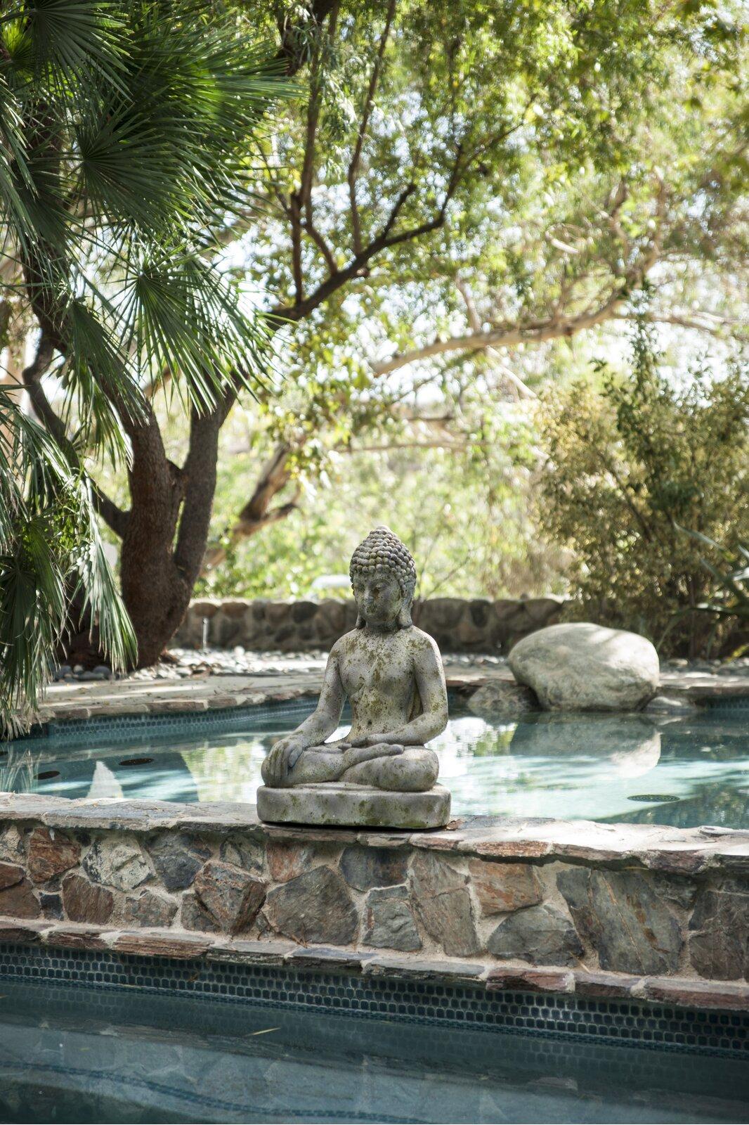 outdoor-buddha-statue-30-inch-design-for-medium-size-gardens-poolside-garden-meditation-area-unique-housewarming-gift-idea